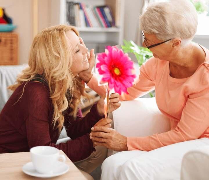 Что преподнести женщине на 70 лет — список подарков для юбиляра